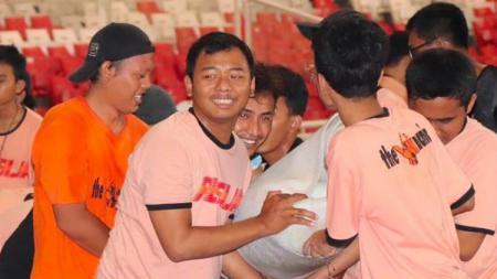 Aksi Jakmania bersih-bersih GBK malam sebelum pertandingan Persija Jakarta. - INDOSPORT
