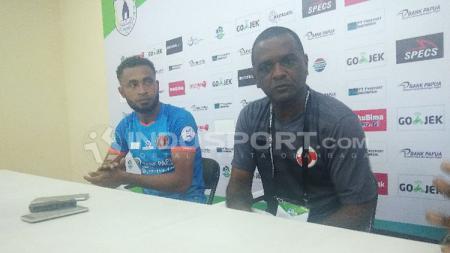 Pelatih Perseru Serui, Wanderley Junior bersama Arthur Bonai saat konferensi pers. - INDOSPORT