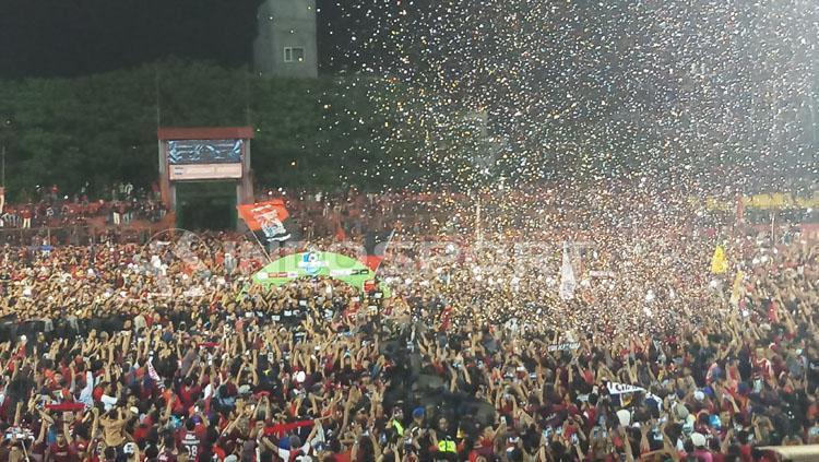 Pendukung PSM Makassar memadati Stadion Andi Mattalatta untuk memberikan ucapan kepada para pemain. Copyright: Wira Wahyu/INDOSPORT
