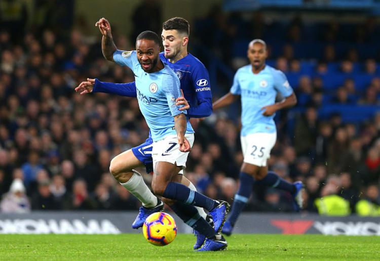 Gelandang serang Manchester City, Raheem Sterling saat berduel dengan gelandang serang Chelsea, Mateo Kovacic. Copyright: INDOSPORT