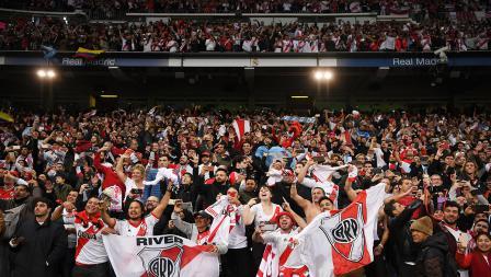 Dukungan penuh suporter River Plate di stadion Bernabeu
