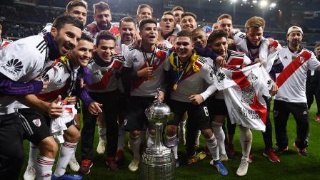 Pemain River Plate melakukan foto bersama dengan Piala Libertadores yang baru mereka juarai