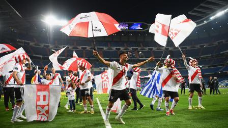 Perayaan River Plate dengan banyak spanduk dan payung di stadion Santiago Bernabeu
