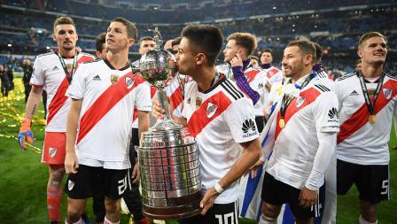 Salah satu pemain River Plate mencium Piala Libertadores