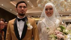 Indosport - Pernikahan dua atlet wushu Indonesia, Lindswell Kwok dan Achmad Hulaefi.