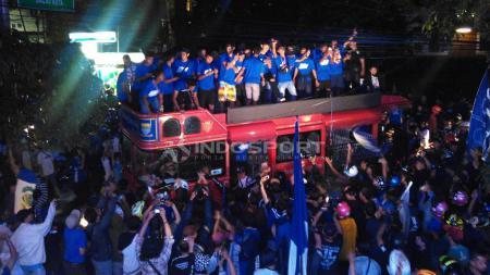 Persib U-16 merayakan gelar juara kompetisi Elite Pro Academy PSSI U-16 bersama ribuan Bobotoh di Graha Persib, Jalan Sulanjana, Kota Bandung, Senin (10/12/2018). - INDOSPORT