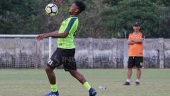 Indosport - Djadjang Nurdjaman melihat latihan Fandri Imbiri.