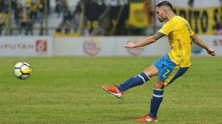 Salah satu mantan pemain Liga Indonesia, Matias Jesus Cordoba yang kini harus menjalani karantina di kediamannya di Argentina. - INDOSPORT