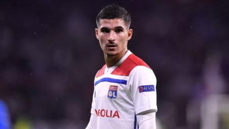 Arsenal dikabarkan kesulitan mendatangkan gelandang Lyon, Houssem Aouar, meski biaya transfer sudah disepakati lantatan klub tidak bermain di Liga Champions. - INDOSPORT