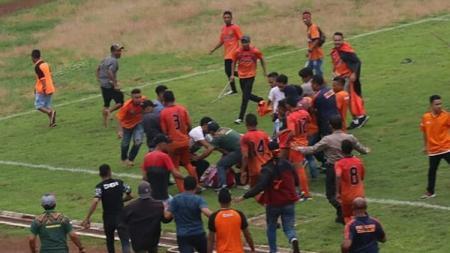 Pendukung PSN Ngada mengeroyok pemain Celebest FC - INDOSPORT
