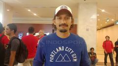 Indosport - Ibnu Jamil, Selebritis penggemar sepak bola sempat diisukan pacaran dengan Nikita Mirzani karena sering ditemani bermain bola.