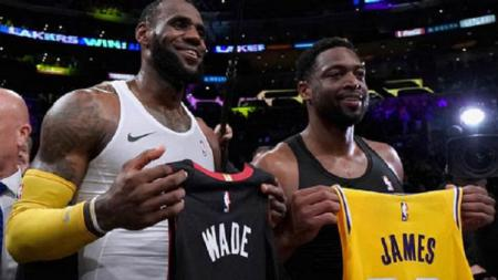 LeBron James bertukar kaos dengan Dwyane Wade yang akan pensiun musim depan - INDOSPORT