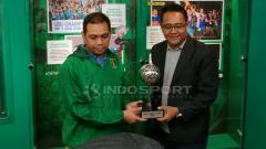 Indosport - Public Relation PT LIB memberikan trofi kepada manajer Persebaya, Candra Wahyudi, mewakili Osvaldo Haay.