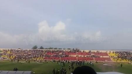 Laga PSIM Yogyakarta vs PS TIRA diwarnai kericuhan. - INDOSPORT