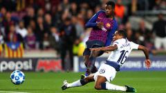 Indosport - Kyle Walkers-Peters sempat mencoba menggagalkan tendangan Ousmane Dembele ke gawang Tottenham.