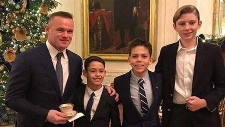 Wayne Rooney berfoto bersama Barron Trump (pojok kanan). - INDOSPORT