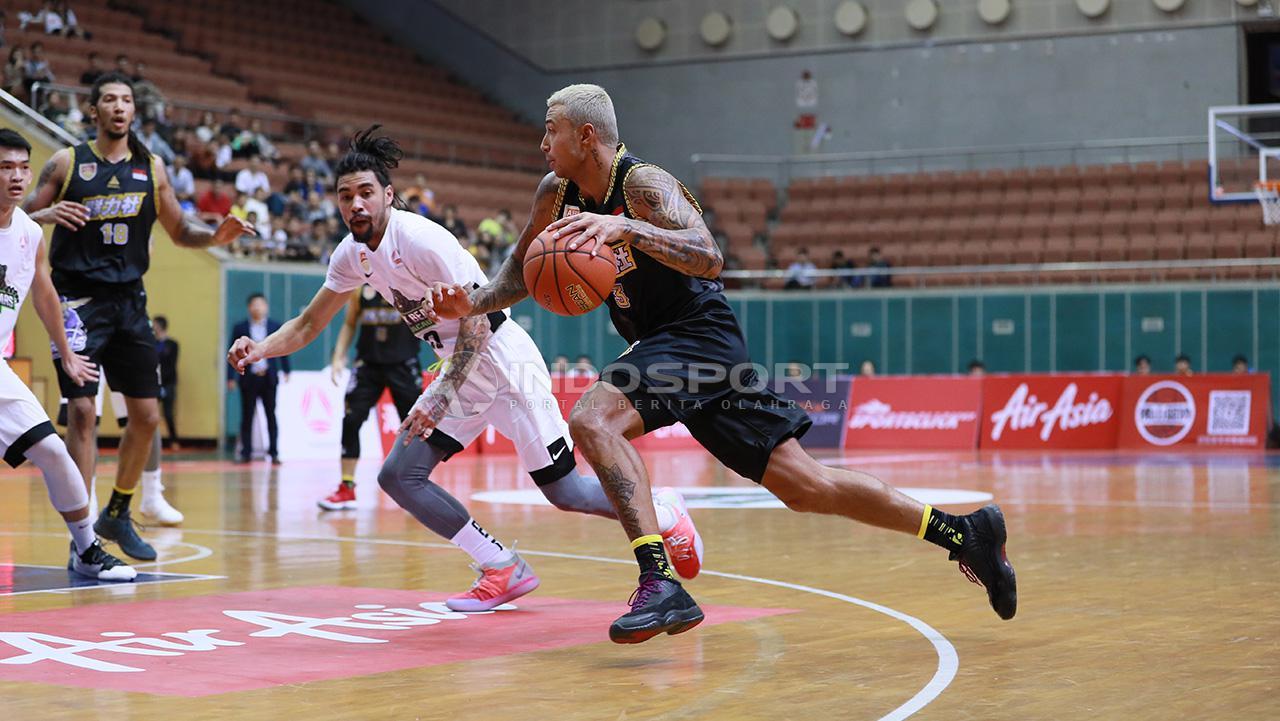 Brandon Jawato saat menghadapi Black Bears. Copyright: Fitra Herdian/Indosport.com