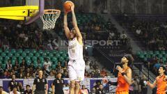 Indosport - Maxie Esho berhasil melakukan dunk.
