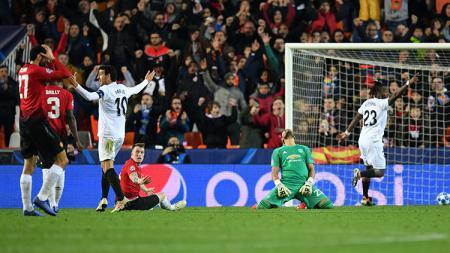 Phil Jones saat mencetak gol bunuh diri ke gawang Manchester United. - INDOSPORT