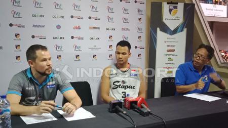 Pelatih Stapac Jakarta, Giedrius Zibernas dan pemainnya, Kaleb Ramot Gemilang. - INDOSPORT