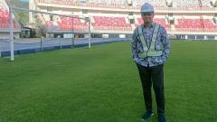 Indosport - Tommy Kurniawan saat berkunjung ke Stadion Papua Bangkit.