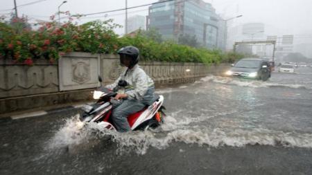 Motor Yamaha Menerjang Hujan - INDOSPORT