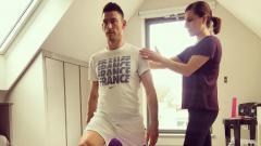 Indosport - Sharon tengah mengajarkan yoga kepada Laurent Koscielny.