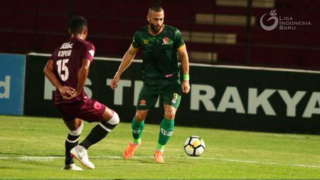 Ada cerita miris yang terjadi saat akhir kompetisi Liga 1 2018, tepatnya ketika Aleksandar Rakic menerima trofi sebagai pencetak gol terbanyak saat mati lampu. - INDOSPORT