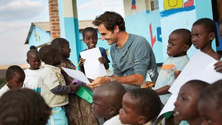 Roger Federer saat mengunjungi Malawi, Afrika Timur. - INDOSPORT