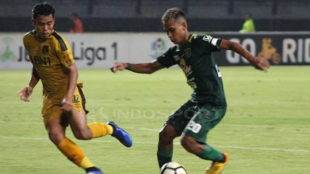 Osvaldo Haay saat pertandingan lawan Bhayangkara FC - INDOSPORT