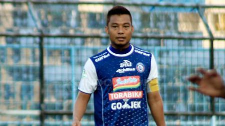 Hamka Hamzah Bersama Ruben Sanadi menunjukkan aksi berkelas sebelum laga Arema FC vs Persebaya Surabaya dimulai. Ian Setiawan/INDOSPORT. - INDOSPORT