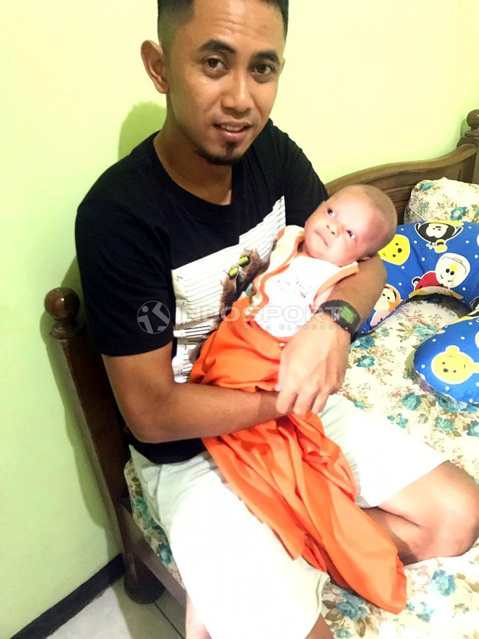 Dua kebahagiaan Kapten PSS Sleman, Muhammad Bagus Nirwanto juga dikaruniai seorang putra di pengujung tahun 2018. Copyright: Ronald Seger/Indosport.com