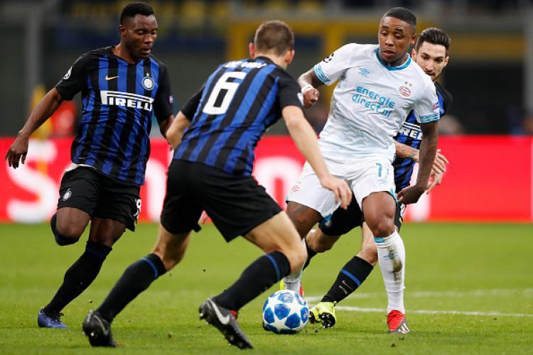 Duel antar pemain Inter Milan vs PSV Eindhoven. Copyright: INDOSPORT