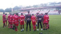 Indosport - Skuat Muda Persipura usai menjalani sesi latihan di Stadion Mandala.