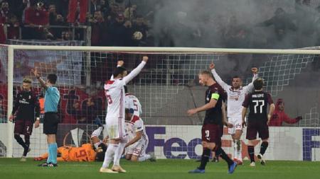 Pemain Olympiacos merayakan gol ke gawang AC Milan di laga pamungkas Grup F Liga Europa. - INDOSPORT