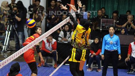 Pemain Jakarta PGN Popsivo memblok smash keras pemain Bandung BJB Pakuan Kokram Pimpichaya. - INDOSPORT