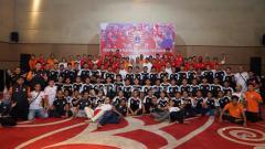 Indosport - Tasyakuran pemain Persija Jakarta senior, U-19 dan U-16 bersama anak yatim piatu.