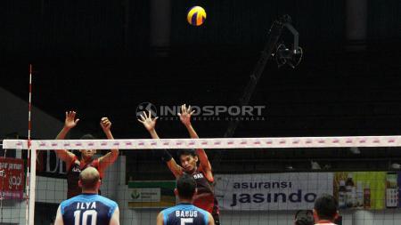 Dua pemain Sidoarjo Aneka Gas mencoba memblok smash pemain Palembang Sumselbabel. - INDOSPORT