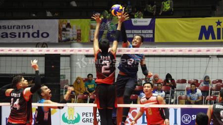 Yoga Tegar Sujiwa mencoba menahan smash dari pemain Palembang Sumsel Babel. - INDOSPORT