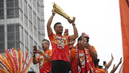 Aksi Pemain Persija Jakarta, Andritany Ardhiyasa mengangkat Piala Liga 1 2018.