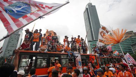 Aksi suporter Jakmania konvoi setelah menjuarai Liga 1 2018.