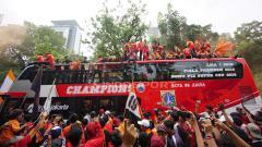 Indosport - Aksi Pemain Persija Jakarta dan Jakmania konvoi setelah menjuarai Liga 1 2018.