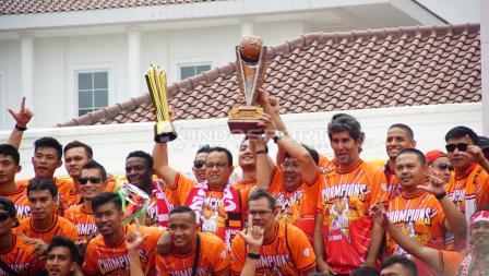 Gubernur DKI Jakarta, Anies Baswedan bersama segenap pemain Persija Jakarta serta pelatih Stefano Cugurra Teco.