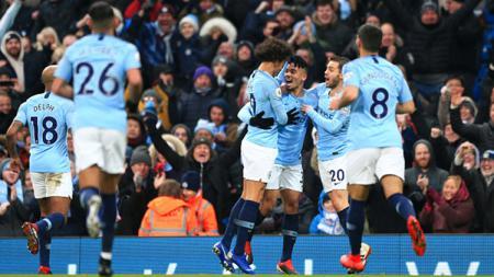 Gabriel Jesus merayakan gol pertamanya bersama teman setimnya setelah menjebol gawang Everton. - INDOSPORT