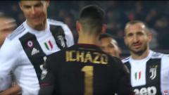 Indosport - Cristiano Ronaldo lakukan selebrasi tak lazim ke kiper Torino.