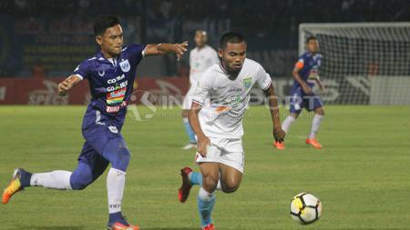 Gelandang PSIS, Bayu Nugroho, saat mencoba merebut bola dari Saddil Ramdani. - INDOSPORT