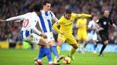 Indosport - Bek Brighton & Hove Albion, Lewis Dunk (tengah), disebut memiliki kemiripan dengan legenda Chelsea, John Terry.