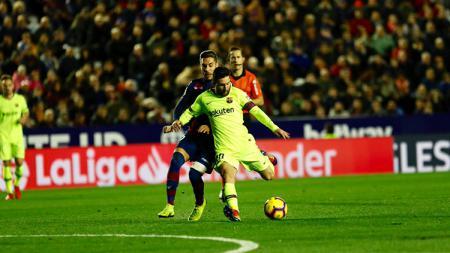 Lionel Messi saat berhadapan dengan Levante. - INDOSPORT