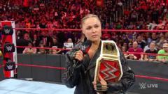 Indosport - Ronda Rousey mempertahankan gelar juara WWE