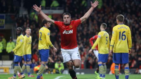 Robin van Persie melakukan selebrasi pasca cetak gol ke gawang Arsenal. - INDOSPORT